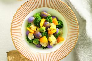 Vi diamo la ricetta di Insalate sfiziose con frutta